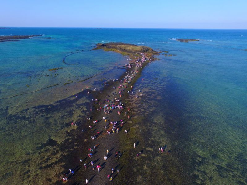 Seaside travel activities such as navigating an ocean path in Penghu County said to bring to mind the miraculous biblical tale of the parting of the Red Sea by Moses are included in the 2018 Time for Celebration—Taiwan Tourism Events promotion.