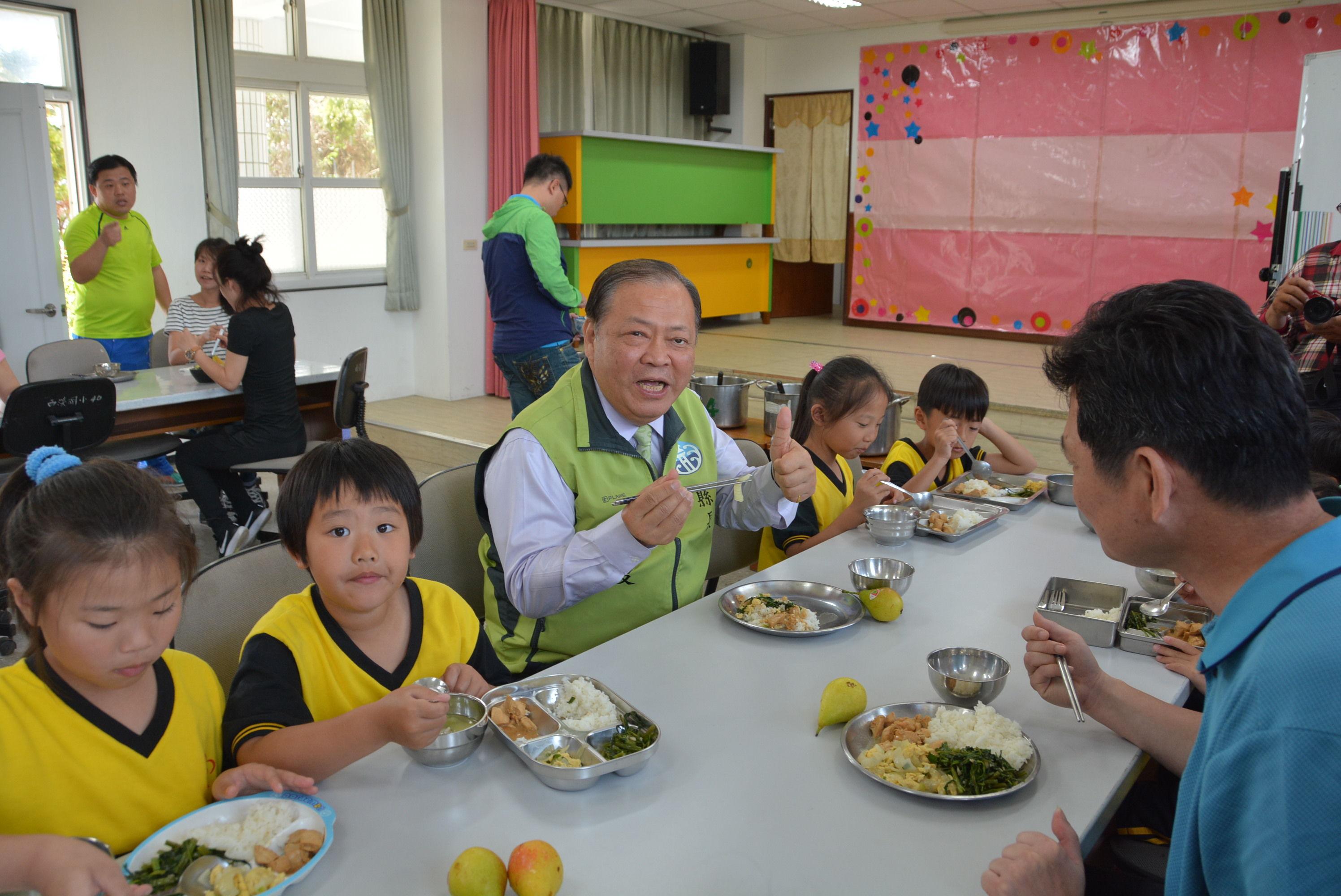 陳光復巡視西溪國小學童營養午餐 宣布9月起國中小學營養午餐全面免費