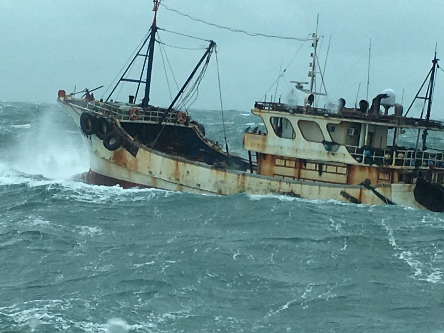 縣長賴峰偉向第八海巡隊表達希望加強護漁力道