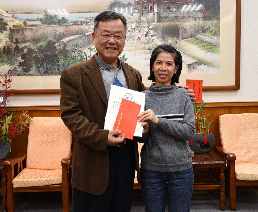 縣長賴峰偉表揚中正國小地下停車場清潔人員陳梅雪