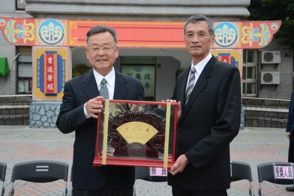 賴峰偉頒贈「懋績長留」獎牌