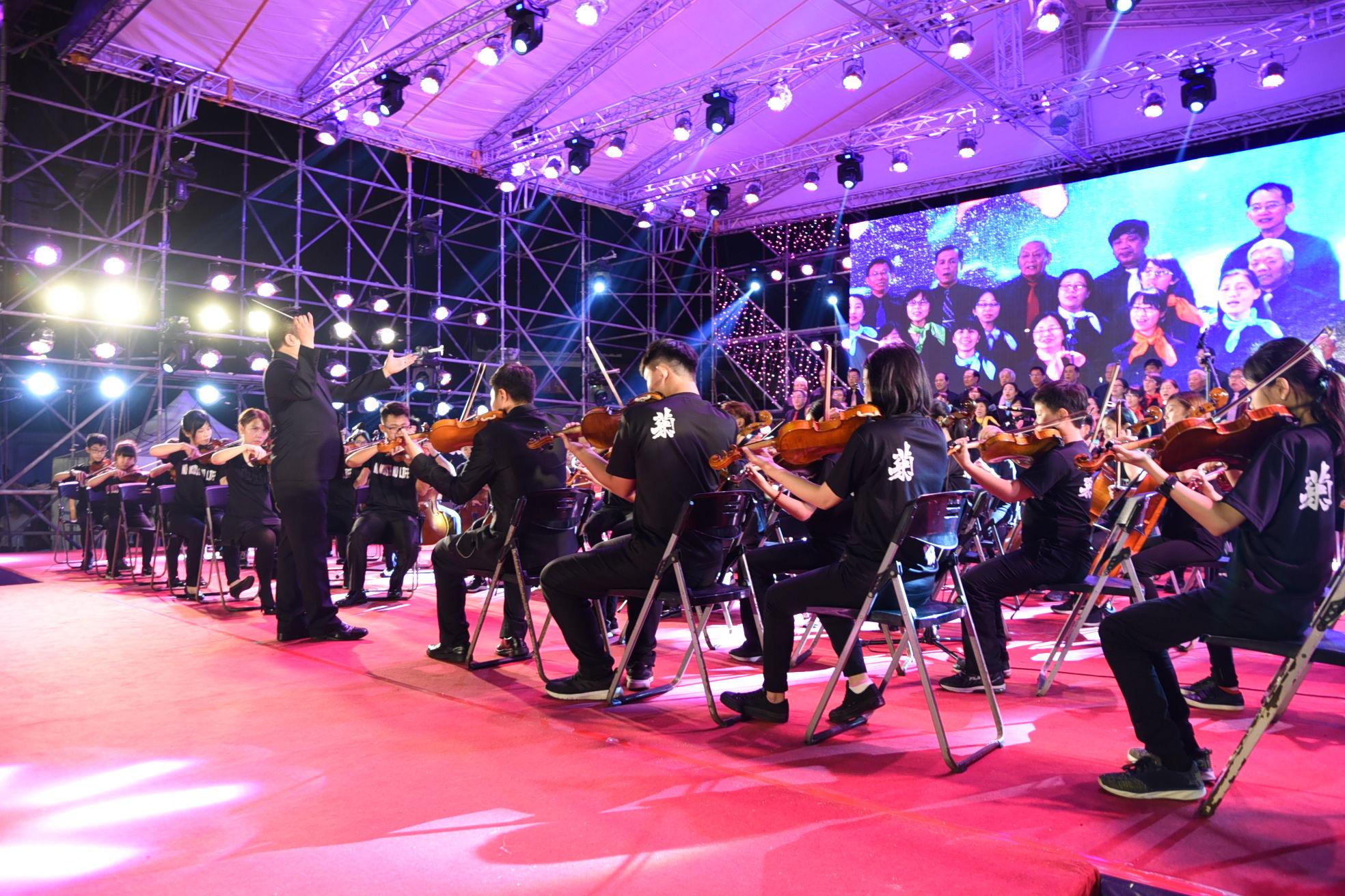 澎湖縣青少年交響樂、文化局合唱團及海翁合唱團合作演唱「澎湖頌」