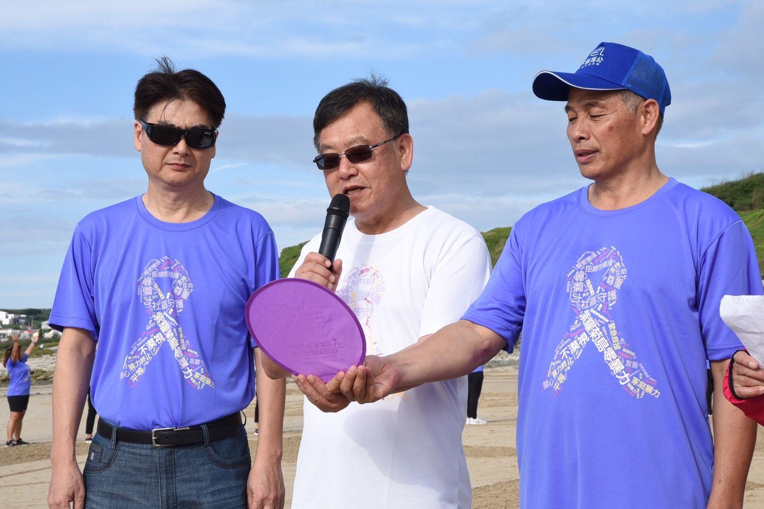 縣長賴峰偉帶領所有人員宣示「防暴紫絲帶誓言」