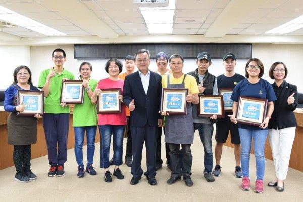 賴峰偉頒證10家餐廳獎牌