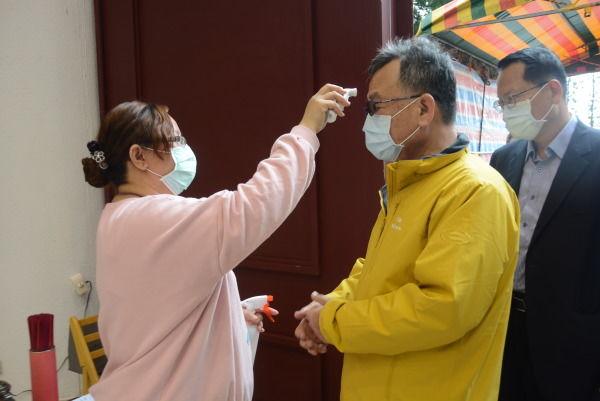 生命園區防疫進館量體溫、載口罩