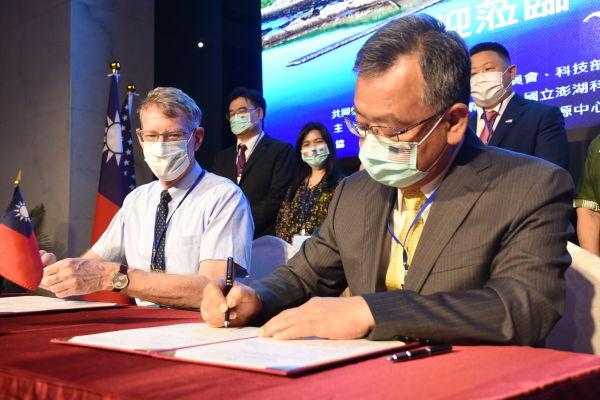 賴峰偉簽署「國際教育與英語助理教學合作備忘錄」
