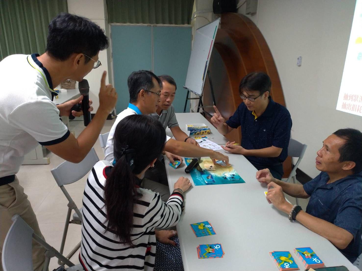 2.蘇啟昌處長與大家一起體驗玩「海龜生態桌遊」